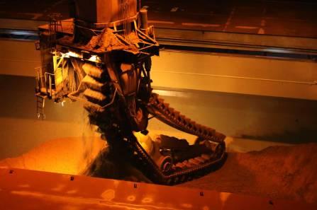 Operação de descarregamento de bauxita do porão do navio.