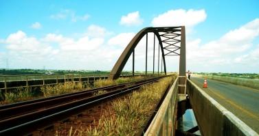 Vista geral do tabuleiro da ponte com o arco metálico