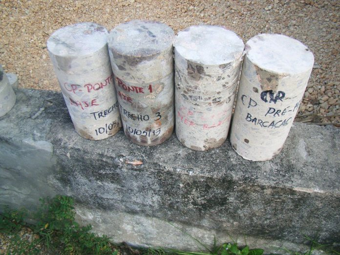 testemunhos de concreto extraídos de uma ponte