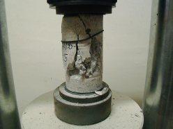 ensaio de compressão axial em corpo de prova de concreto