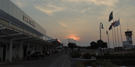 Lado AR do terminal de passageiros do aeroporto de Santarém.