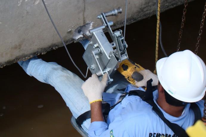 Instalação de extensômetro na armadura inferior de uma viga da ponte de acesso