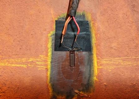 Extensômetro elétrico de resistência (strain gage), utilizado para medir e monitorar deformações na estruturas.