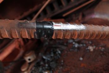 Extensômetro (strain gage) instalado na barra Dywidag para medição de força de tração na barra