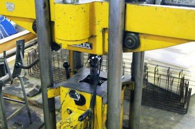 ensaio de tração em corpo de prova de aço em máquina universal