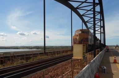 Monitoração dinâmica com trem de minério passando pela ponte