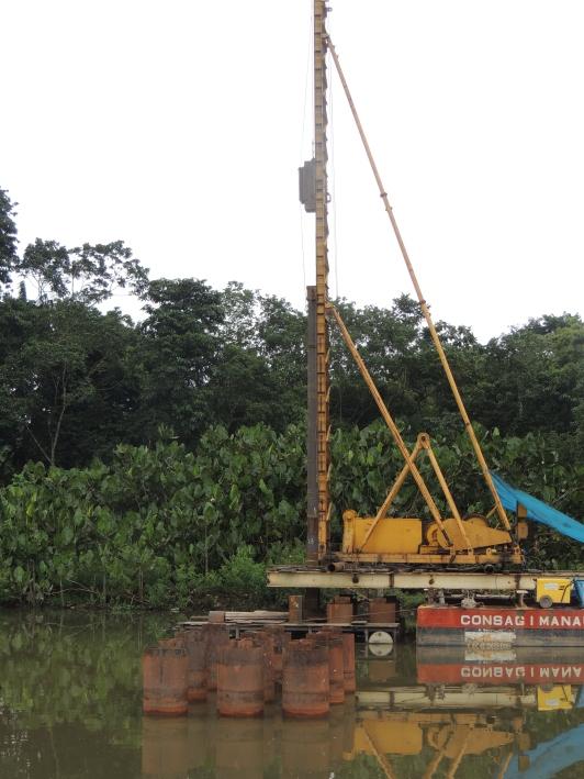 cravação de estacas a partir de uma plataforma flutuante