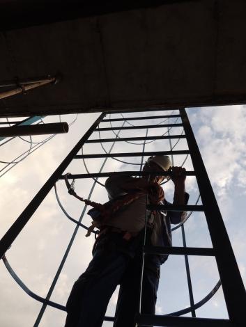 Acesso através de escada de marinheiro para inspeção em uma ponte ferroviária