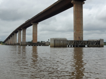 vista geral do canal de navegação com proteção dos pilares