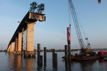 Cravação de estacas da fundação do novo pilar.