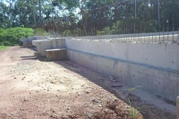 Encontro da ponte mostrando cortina de contenção do aterro