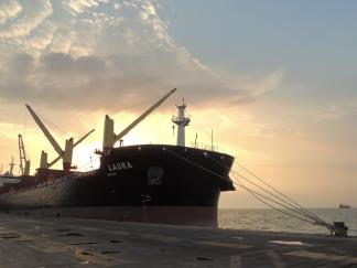 Navio atracado no berço externo do Porto de Vila do Conde