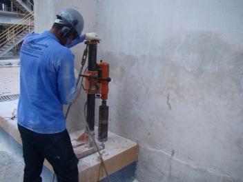 Extração de testemunho de concreto do bloco