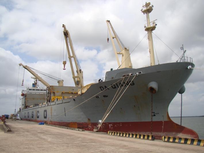 Proa do navio Da Qiang atracado em Outeiro