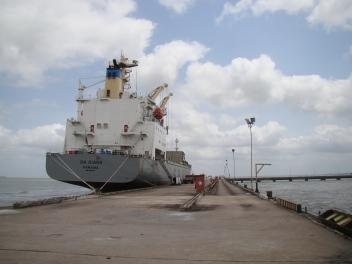 Popa do navio Da Qiang atracado no píer de navios