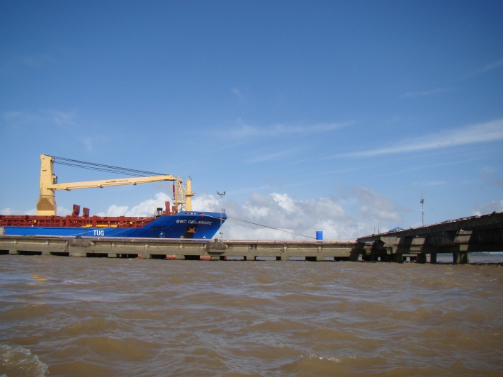 Navio BBC Delaware atracado no píer de navios