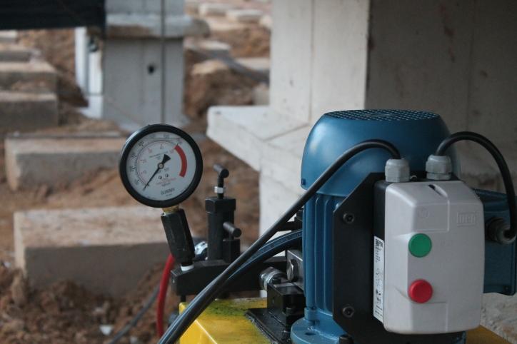 Manômetro para medida de pressão do óleo, e determinação da carga aplicada pelo macaco