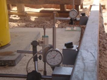 comparação de medição com transdutor de deslocamento e relógios comparadores