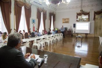 Prefeito Zenaldo Coutinho assistindo a apresentação do Eng. Remo Magalhães