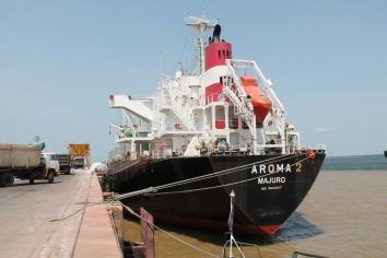 Navio graneleiro atracado no Porto de Santarém