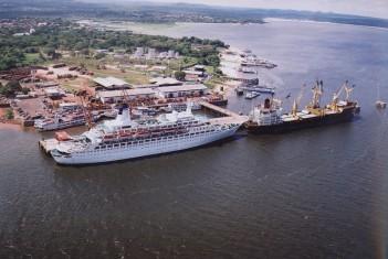 Navios atracados no porto de Santarem